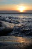 海运在垂直的视图的冬天日落 免版税库存图片
