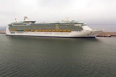 海运巡航的Indipendence靠码头在港口 免版税库存图片