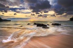 海运挥动鞭子线路在海滩的影响岩石 免版税图库摄影