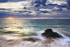 海运挥动鞭子线路在海滩的影响岩石 免版税库存图片