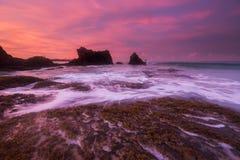 海运挥动鞭子线路在海滩的影响岩石 免版税库存照片