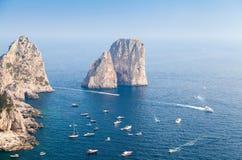 海运横向 卡普里岛海岛Faraglioni岩石  库存照片