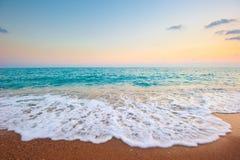 海运泡沫飞溅在海滩的 库存图片