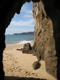 海运洞和海滩 免版税库存图片