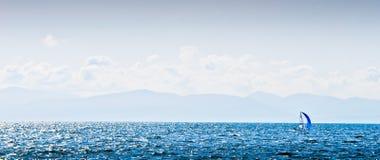 海运海湾的风帆冲浪者在夏天 图库摄影
