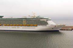 海运的Indipendence巡航靠码头在港口 库存照片