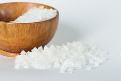 海运盐和一个木碗 免版税库存图片