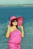 海运背景的美丽的女孩 免版税库存图片