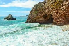 海运视图 在石岸的波浪断裂 晃动并且分层了堆积石波浪结构、海泡沫和浪花 库存图片