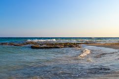 海运视图 岩石浅滩 对岸的波浪奔跑 夜间 塞浦路斯 库存照片