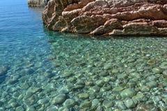 海运视图 风平浪静和大石头 亚得里亚海的透明水 黑山 图库摄影