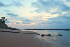 海镇静水原始沙滩的与在早晨多云天空-西塔普尔,尼尔海岛,安达曼,印度的颜色 库存图片