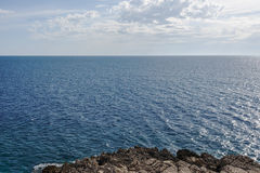 海镇静表面和蓝色云彩天空 展望期 海湾Gertsegnovska在亚得里亚 库存照片
