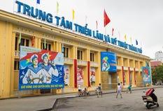 海防,越南- 2015年4月30日:海防陈列外视图和艺术集中与显示在前面的很多宣传 图库摄影