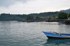 海难在海岛的海 图库摄影