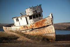海难 木被放弃的小船 图库摄影