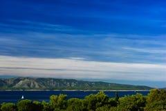 海风景、海岛和山大角度看法在克罗地亚 免版税库存图片