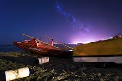 海风景与小船的夜 免版税库存图片