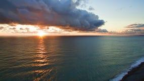 海风景有剧烈的日落视图和一朵大云彩 免版税图库摄影
