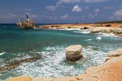 海风景-小船遭受了海难,有波浪的绿松石海 图库摄影