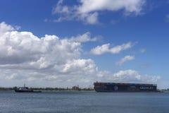 海驳船拉扯了入港口 库存图片