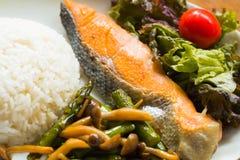 海鱼油煎了,白米、油煎的菜和菜 免版税图库摄影