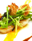 海鲜、芦笋、豌豆和利比亚火腿五颜六色的盘  图库摄影