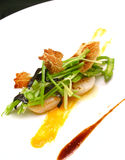 海鲜、芦笋、豌豆和火腿五颜六色的盘  免版税图库摄影