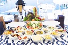 海鲜、鱼、沙拉和mezes在桌上在海附近 免版税库存照片