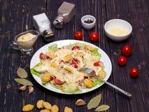 海鲜凯萨色拉用虾,沙拉叶子,油煎方型小面包片,樱桃 免版税库存图片