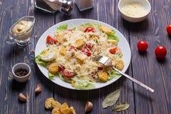 海鲜凯萨色拉用虾,沙拉叶子,油煎方型小面包片,樱桃 免版税库存照片