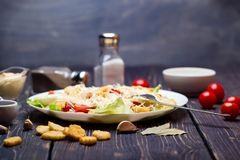 海鲜凯萨色拉用虾,沙拉叶子,油煎方型小面包片,樱桃 图库摄影