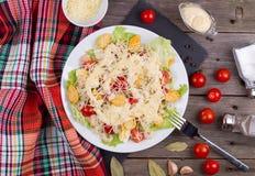 海鲜凯萨色拉用虾,沙拉叶子,油煎方型小面包片,樱桃 库存照片