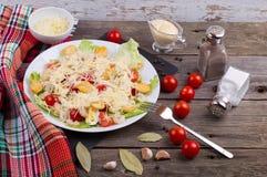 海鲜凯萨色拉用虾,沙拉叶子,油煎方型小面包片,樱桃 免版税图库摄影