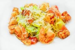 海鲜凯萨色拉用虾,沙拉叶子,油煎方型小面包片,樱桃 库存图片