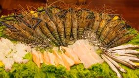 海鲜分类:在餐馆前面的新结冰的强大老虎河虾大虾和鱼品种安排 海鲜 库存照片