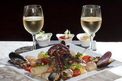 海鲜和白葡萄酒 免版税图库摄影