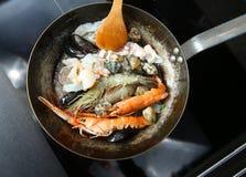 海鲜和虾在平底锅油煎 免版税图库摄影
