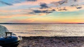 海鲜在日落期间的海滩bbq 库存图片