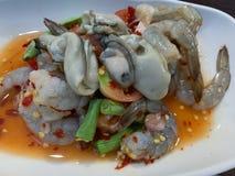 海鲜在辣调味汁背景中 免版税库存图片