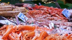 海鲜在鱼市上捉蟹龙虾乌贼虾小龙虾牡蛎淡菜贝壳在冰La Boqueria西班牙,巴塞罗那 影视素材
