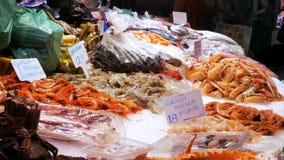 海鲜在鱼市上捉蟹龙虾乌贼虾小龙虾牡蛎淡菜贝壳在冰La Boqueria西班牙,巴塞罗那 股票录像