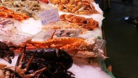 海鲜在鱼市上捉蟹龙虾乌贼虾小龙虾牡蛎淡菜贝壳在冰La Boqueria西班牙,巴塞罗那 股票视频