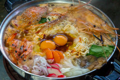 海鲜套Sukiyaki, Shabu用面条和菜在罐 免版税库存照片