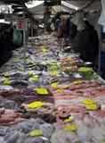 海鲜市场在欧洲 新鲜的海鲜,章鱼,鱼,淡菜,牡蛎,扇贝,地中海的纤巧 库存照片