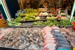 海鲜市场摊位用虾,盐水,在普遍的食物农贸市场上的鱼 免版税库存照片