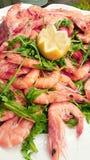 海鲜开胃菜用大虾、金枪鱼carpaccio和葡萄柚切片 免版税库存图片