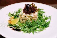 海鲜开胃菜用火箭沙拉,被定调子的图象 库存图片