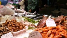 海鲜捉蟹龙虾乌贼虾小龙虾牡蛎在鱼市La Boqueria西班牙的淡菜贝壳 影视素材