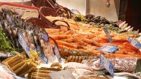 海鲜捉蟹龙虾乌贼虾小龙虾牡蛎在鱼市La Boqueria西班牙,巴塞罗那的淡菜贝壳 股票视频